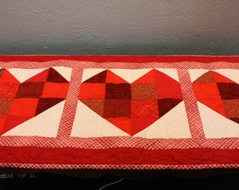 Valentine Quilt, Valentine table runner, Quilted Table Runner, Hand Made Quilted Table Runner, Tablerunners, Table Topper, Red Hearts