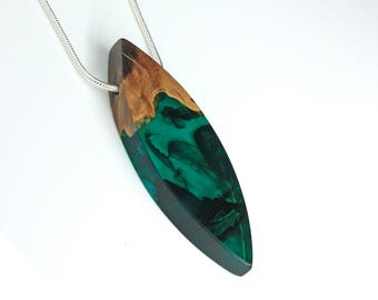 Green resin necklace, Wooden pendant, Elegant modern necklace, Minimalistic elegant pendant, Green color jewelry, Modern simplistic jewelry