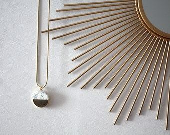 Collier géométrique doré | Bijou rond effet marbre  blanc | Chic et Tendance | Idée cadeau à offrir | Pour elle pour tous les jours