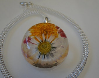 Handmade pendants with dried flowers - a piece of summer