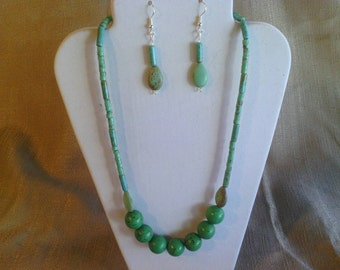 102 Charming Kelly Green Large Round Magnesite  Turquoise Beads and Small Heishi Beads Beaded Necklace