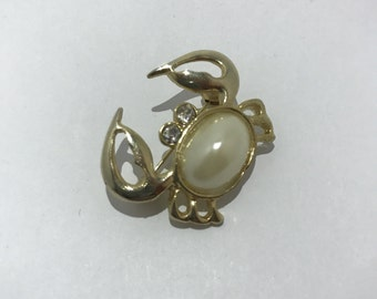 Crab with imitation cabochon vintage brooch Pearl. 1980's retro jewelry