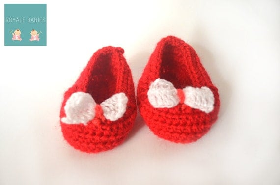 Christmas baby shoes, Baby Booties, Crochet Baby Booties, Red & white shoes, new born baby shoes, gift under 10 dollars, baby boy girl shoes