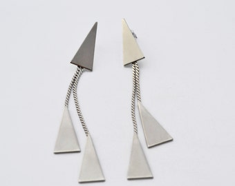 Long earrings with triangular shapes and chain