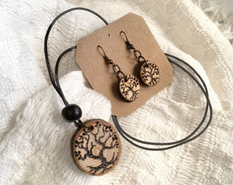 Set tree, pyrography on wood. Necklace and earrings.