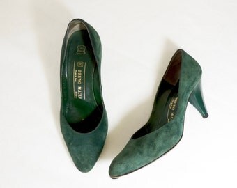 Vintage 1970s green suede heels | 70s leather pumps | point toe shoes | 50s style | vintage heels | Italian suede leather shoes | 6.5 B