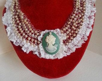 collier con cameo e perle sintetici e pizzo