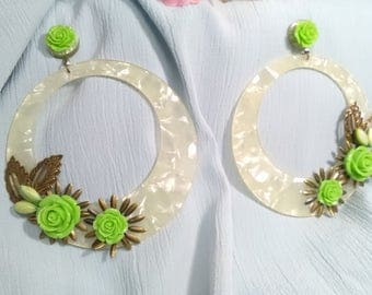Flamenco earrings in mother-of-pearl acetate with green resin flowers topped with old gold metal sheets. Valentine's Day gift.