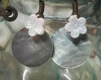 Earrings earrings Pearl blue and iridescent flower