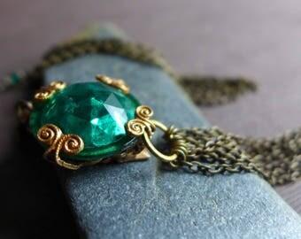 Vintage Green Glass Tassel Necklace, Retro Style Green Jewel Necklace, Emerald Green Glass Tassel Pendant, Romantic Vintage Style Necklace