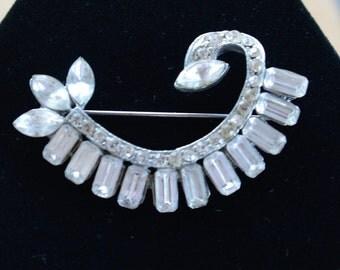 Graceful Vintage Rhinestone Brooch, Silver tone, Art Deco-style, Pot Metal (AM10)