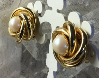 Elegant Faux Pearl Gold Tone Love Knot Earrings Clip On Unsigned 1980's 1990's Lucite Cabochons Feminine Career Evening Wear Round Circular
