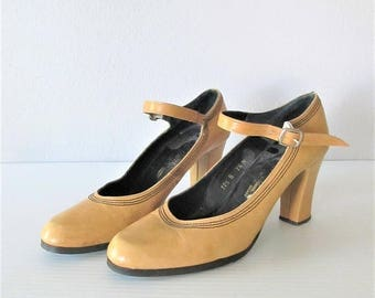40% OFF SALE Vintage 1970's Alfiero Maccanti Hippie Mary Jane Shoes / Size 7.5 US Beige Tan Leather Platform Style Heels / Made in Spain