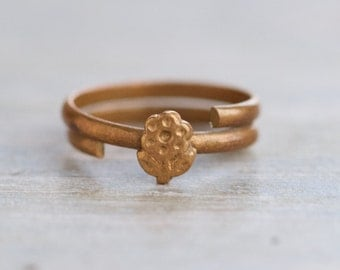 Brass Second Knuckle Ring or Pinky Finger Ring - Size 3 - Daisy on a Spiral