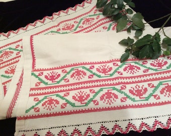 Vintage Ivory Red and Green Embroidered Towel,  Vintage Linens, Vintage Dish Towel, Vintage Embroidery, Vintage Cross Stitch