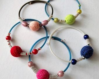 Bracciale rigido uncinetto e perle