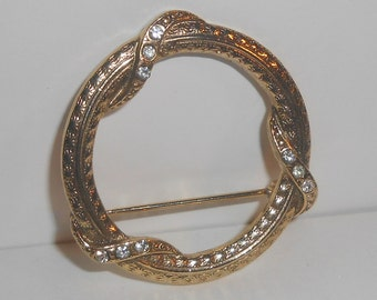 Vintage 1928 Gold Tone Textured Clear Rhinestone Open Circle Wreath Brooch