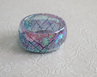 Resin ring. Skeleton leaf and micro glitter with iridescent stars. Approximately UK P or US 71/2