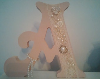 Freestanding letters and numbers