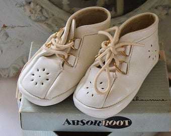 Pretty vintage french baby shoes, white leather, 1950S, in box