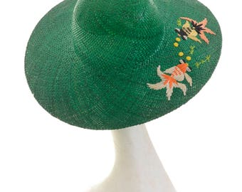 Vintage 1960s green straw and rafia fishes embroidered large brim hat