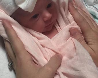 White baby hat, white newborn hat, newborn beanie, baby hospital hat, baby hat, hospital hat with bow, newborn bow hat, hospital bow hat