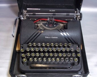 Smith Corona typewriter 1940's vintage . in case with key.