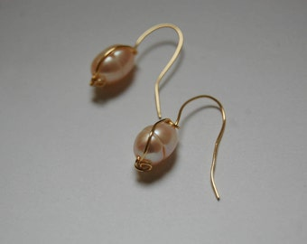 Classic pearl earrings. Pearl earrings. pearls and gold. Gold with pearl earrings. Short earrings. Small earrings