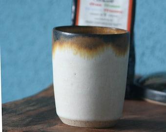 Mug in Matt white and black/bronze UR//koffiemok/theekop//comfortabel hold/warm hands