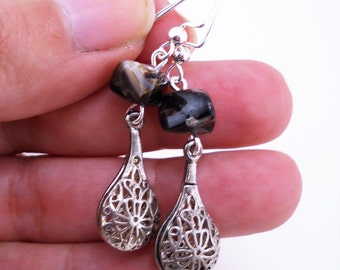 Silver dangle earrings. Vintage pieces. Black and silver earrings. Shiny black stone earrings. Silver filigree earrings. Gift for her