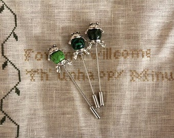 Frog Stitch Ripper Pin : Heartstring Samplery
