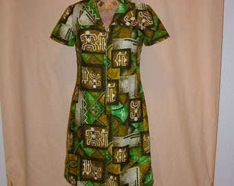 Vintage 1960s Green Hawaiian Print Shift Dress with Revere Collar Size Medium