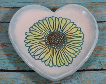 Daisy Heart Ring Dish, Turquoise Jewelry Dish, Porcelain Heart Dish, Wedding Gift, Valentine's Day Gift, Handmade Floral Soap Dish