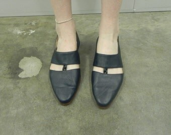 RARE 1970's Ellemenno Navy Leather 2-Panel Kitten Heels