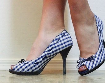 Two Lips Vintage 80's blue gingham peep toe high-heels with scalloped edge and thin heel, size:6 1/2, but runs bigger. No flaws!