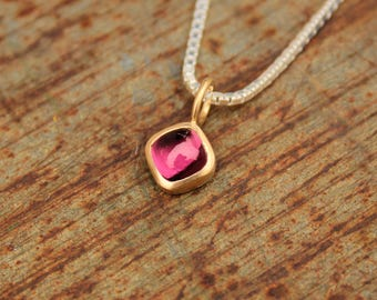 18k pendant with rhodolite
