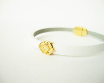Geometric passing White leather bracelet and magnetic clasp gold