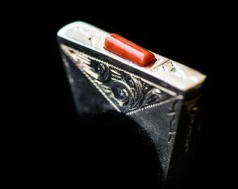 FREE SHIPPING. Pure silver ring, carved by hand with a piece of coral antiguo.tallado by hand. Single piece. Tribal.Hecho hand. Design.