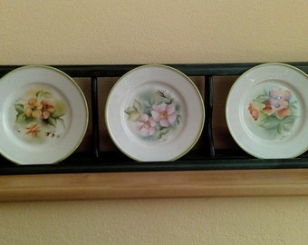 Horizontal plate rack in wood with hand painted plates