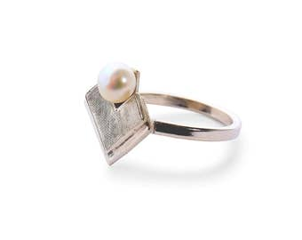 Ring Engraved Art Deco with a Pearl