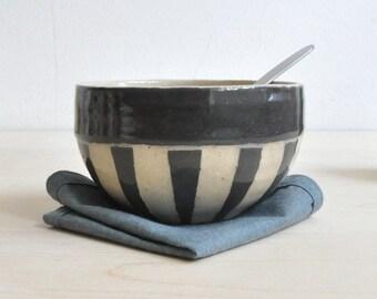 Zirkus Streifen Keramikschale – Hand geworfen Keramik – Rad geworfen Keramik – Sgraffito Geschirr – einzigartiges Hochzeitsgeschenk