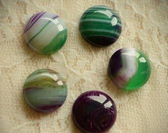 Violet et vert teint agate ronde cabochon. De petite taille, cmm 1,5. L'artisanat, fabrication de bijoux. Macramé, Pierre de réglage, en argent.