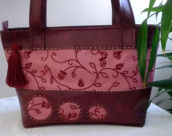 Faux Burgundy and pink, closed with a zip and Pocket inner bag