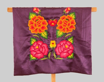 Envio GRATIS! Huipil de Oaxaca: Pieza de colección Blusa de tehuana, arte textil mexicano, flores bordadas a mano, satín, estilo Frida Kahlo