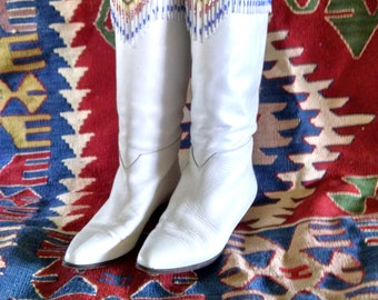 Vintage 1980s Vero Cuoio white leather boots size 7 m with bead work details and bead work fringe - made in Italy. Rodeo wear; western wear