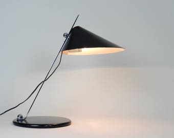 Desk lamp in enameled steel and chrome.  Designed and created by Sem Luci.  Italy, 1970s. Mid century modern