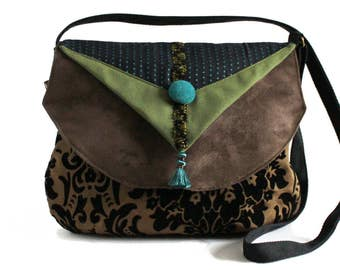 Sling fabrics woman involved, Brown and green with closing zip bag. Pretty light and practical bag with adjustable shoulder strap.