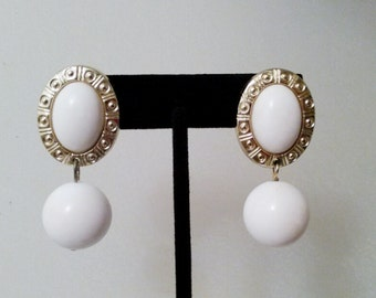 VINTAGE White Dangle Earrings. EA0173.