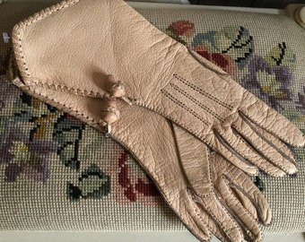 Beautiful pair of Champagne coloured soft leather gloves, in gauntlet style with outside stitching and delicious acorn detail.