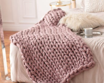 Wool Hugs Dusty Pink Chunky Knit Blanket. Pink throw blanket. Big knit throw. Chunky knit throw. Merino wool blanket. Pink blanket